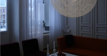 Lounge med Random light pendel och LED lister i fönster